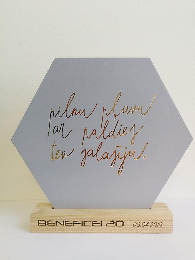"""Koka dekors """"Heksagons"""" ar individualizētu tekstu"""